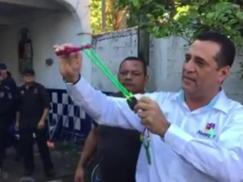 Arman a policía de Alvarado con resorteras