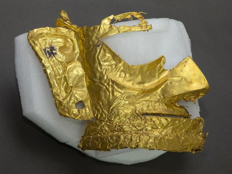 Arqueólogos encuentran máscara china de oro de tres mil años