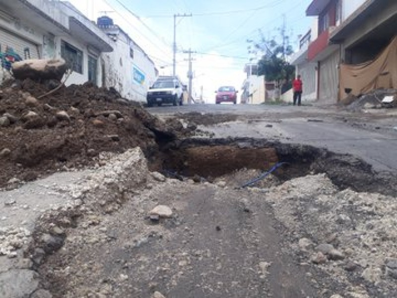 Arreglan tubería, descomponen medía calle Leona Vicario