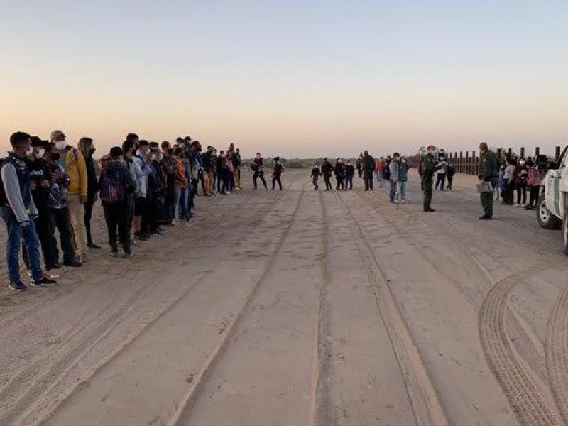 Arrestan a 125 migrantes en el desierto de Arizona