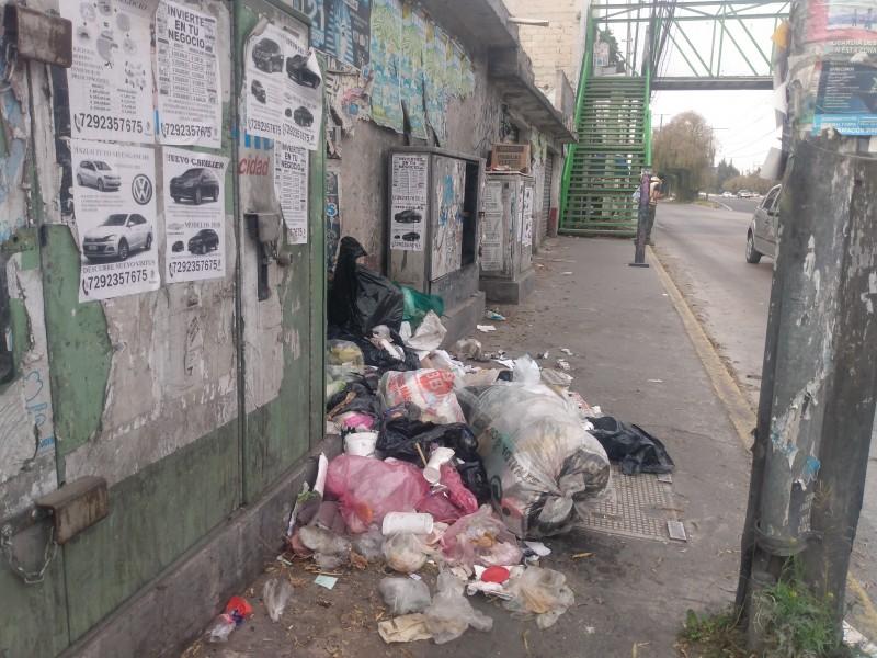 Arrojan bolsas de basura en vía pública