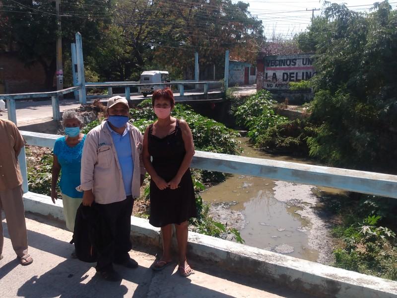Arroyo Basaguya inundado por aguas negras; vecinos exigen solución