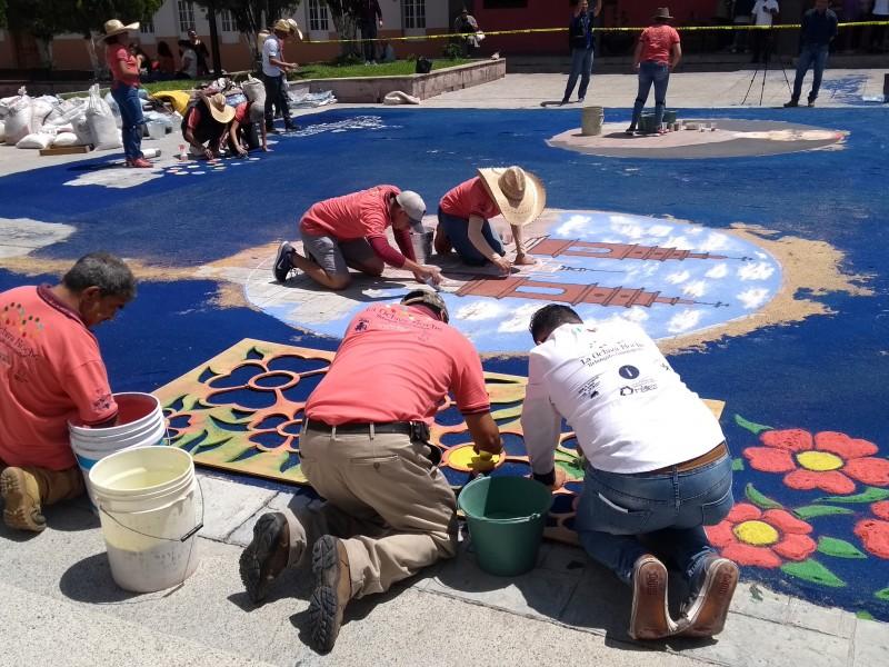 Artesanos de Uriangato elaboran tapete monumental en Ecuandureo