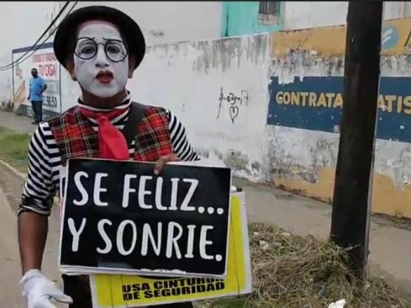Artista callejero saca sonrisas en cruceros de Veracruz