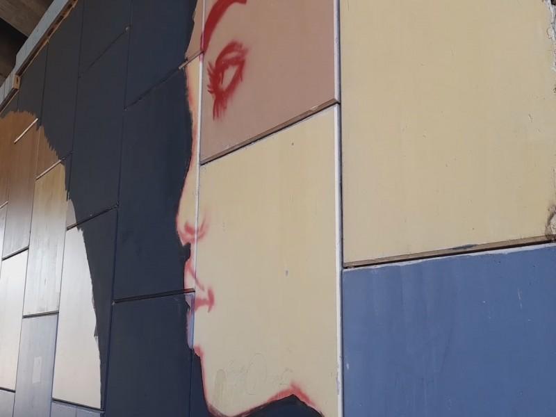 Artista dedica mural en apoyo a mujeres violentadas