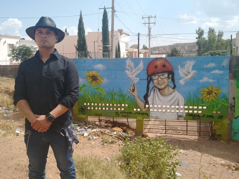 Artista Iván Herrera pinta mural en honor a pequeño Jonathan