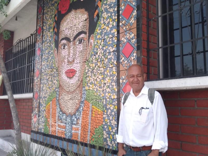 Artista realiza mural de mosaicos en Biblioteca Pública