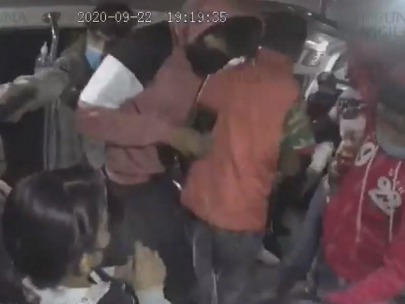 Asaltan ¡seis! a los pasajeros de una combi en Puebla