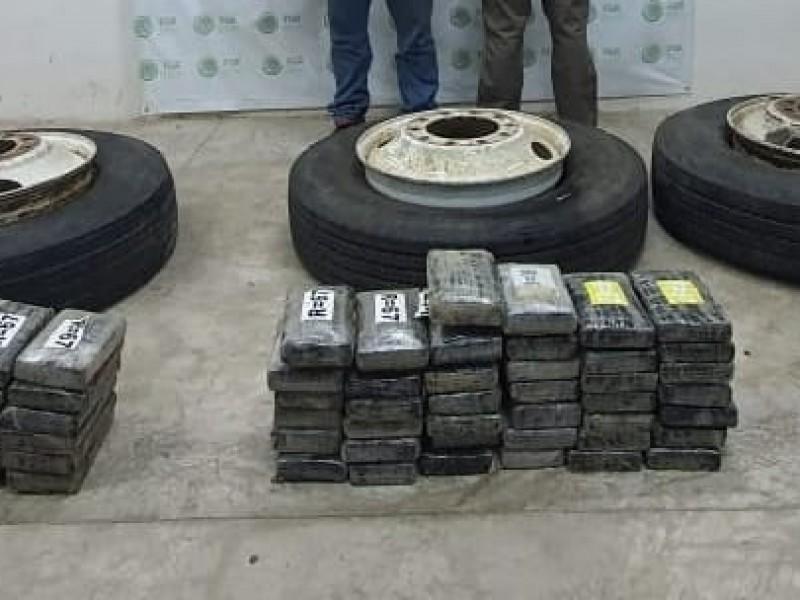 Asegura FGR 100 kilos de cocaína ocultos en camión