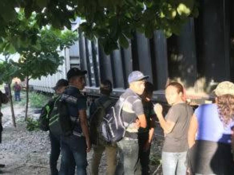 Aseguran a 30 migrantes en tren de Chiapas