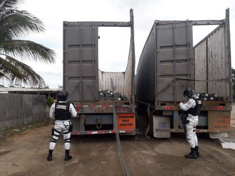 Aseguran camiones robados en carretera de agua Dulce