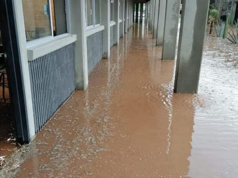 Aseguran constructora reparará daños por lluvias en prepa municipal