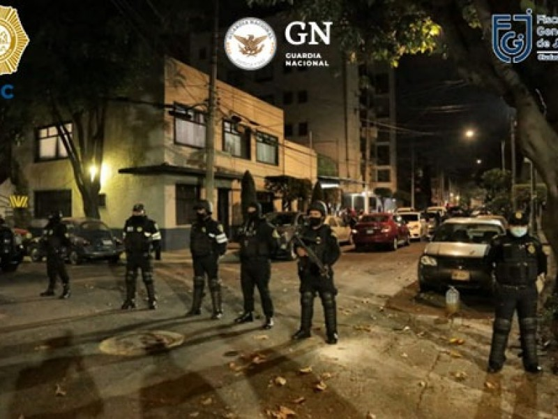 Aseguran droga y armas de fuego tras cateos en CDMX