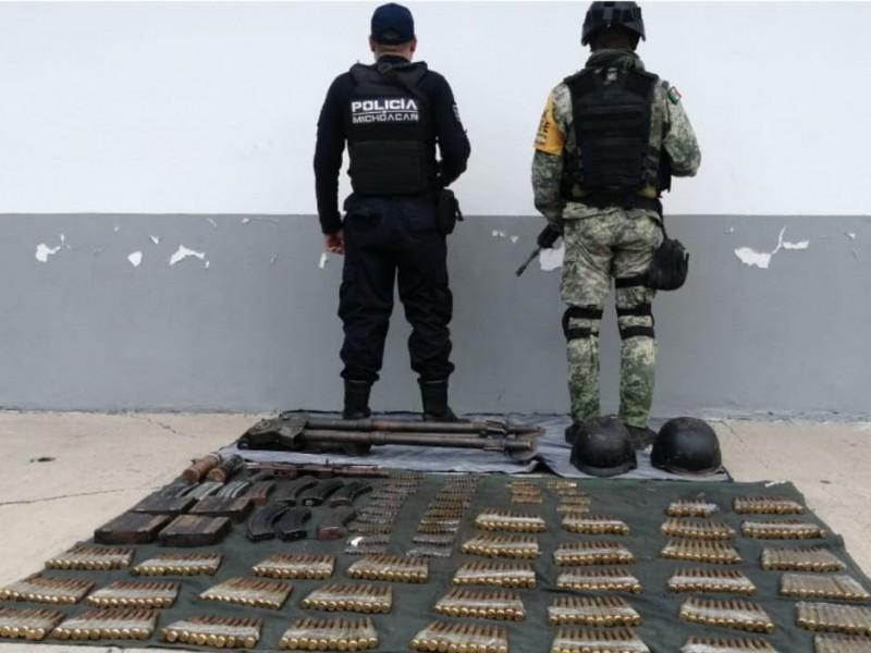 Aseguran fuerte armamento y vehículos robados en Tepalcatepec