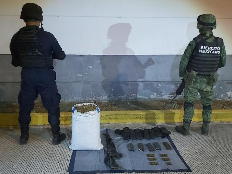 Aseguran un arma, cartuchos útiles y 5.4 kilos de marihuana