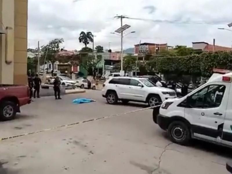 Asesinan a balazos a sujeto saliendo de restaurante