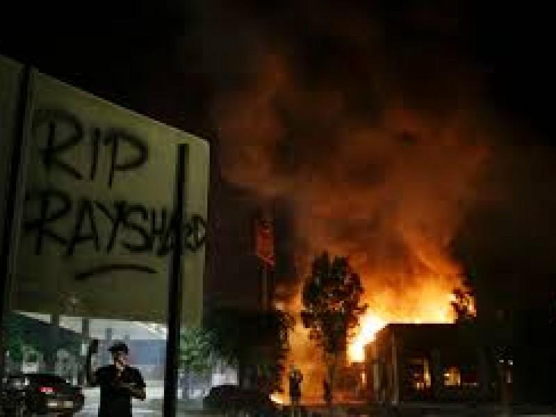 Asesinato a manos de policía desata manifestaciones en EU
