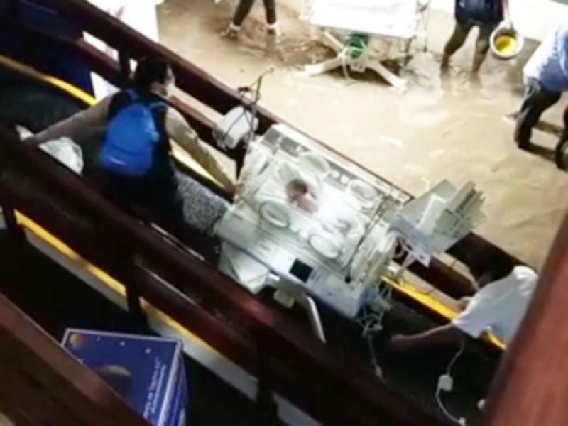 Así salvaron a bebes de un hospital inundado en Edomex