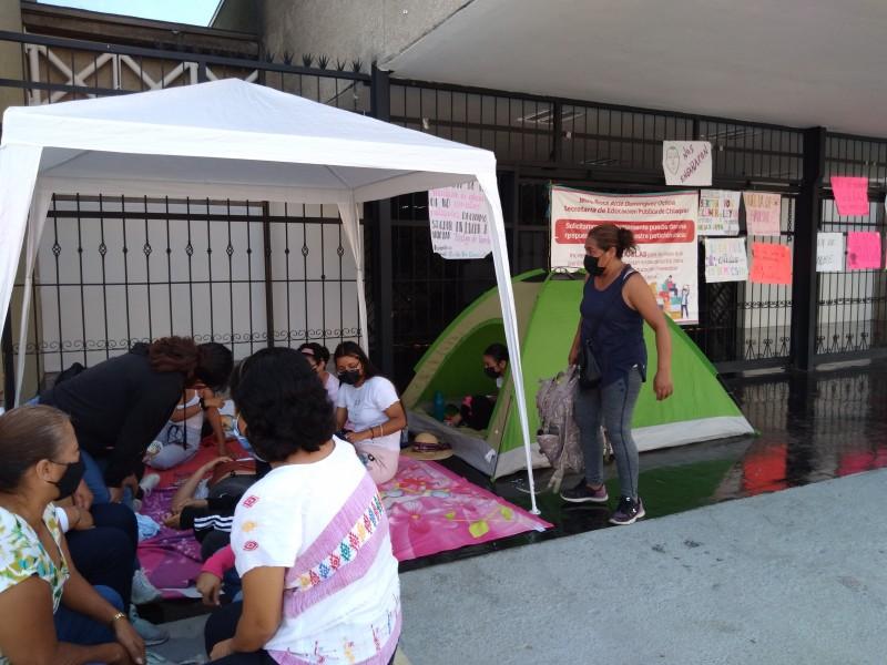 Aspirantes a Normal de educadoras inician huelga de hambre