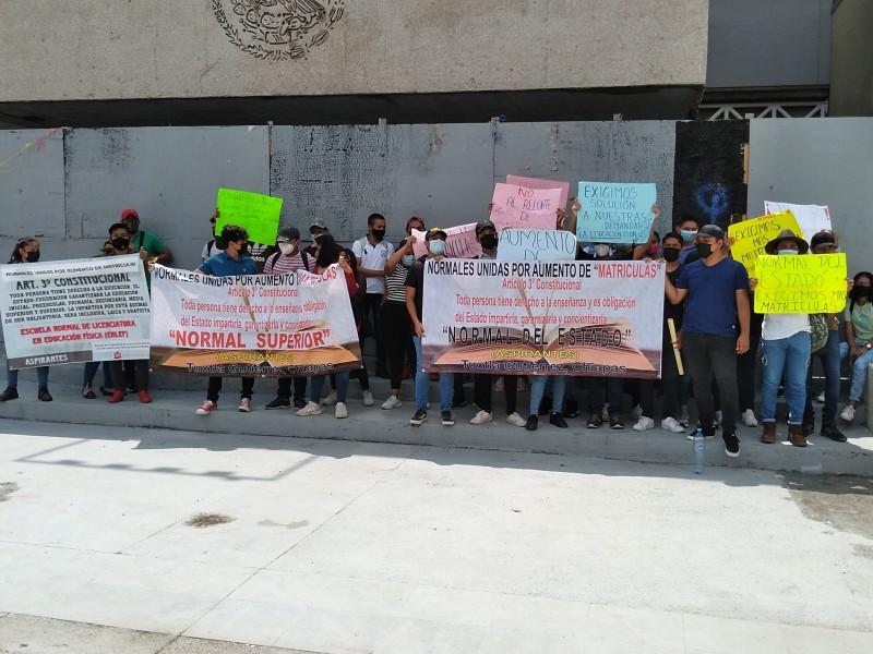 Aspirantes a normalistas continúan protestas en demanda de matrículas