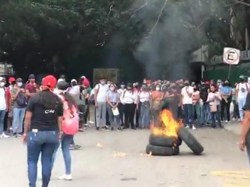Aspirantes Normalistas queman llantas frente a SE