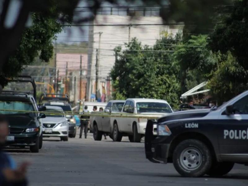 Atacan a balazos a policías de León; uno murió