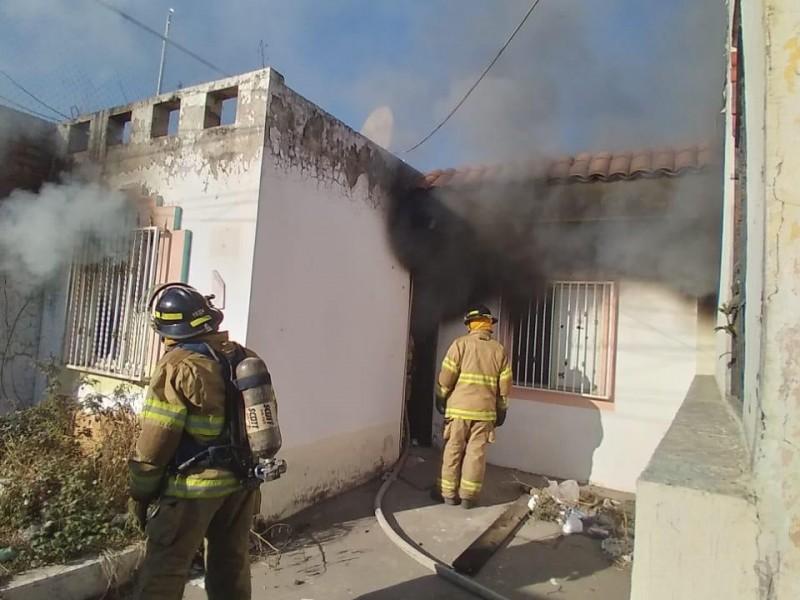 Atiende bomberos incendio de casa habitación en fraccionamiento Jacarandas