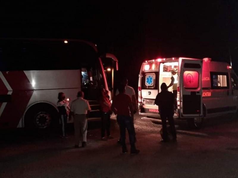 Atienden bomberos parto en interior de autobús en Juchitán