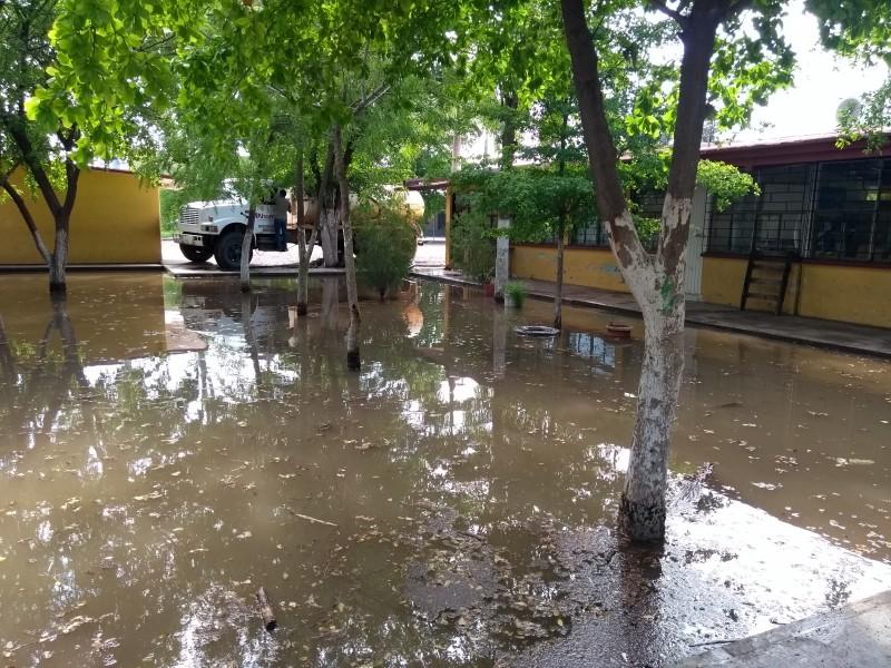 Atienden escuelas con encharcamientos por lluvias