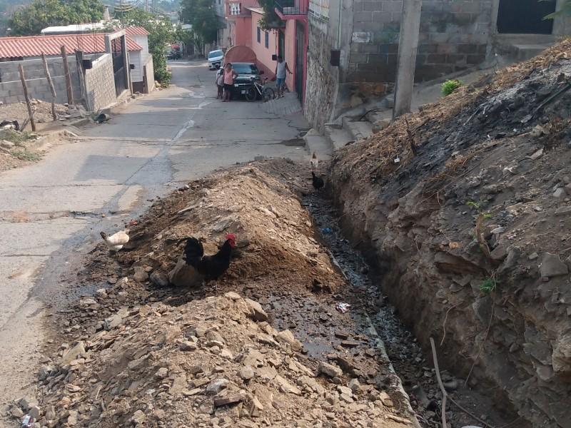 Aumentan afectaciones por colapso de drenajes en barrio Guichivere