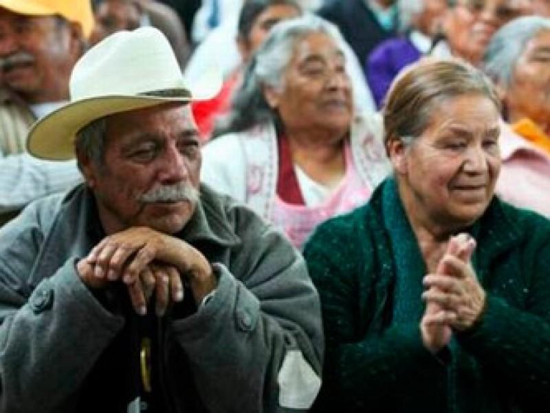 Aumentará pensión a adultos mayores y bajará edad