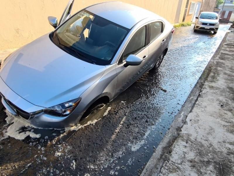 Auto cae a un hundimiento en la colonia Villa Rica