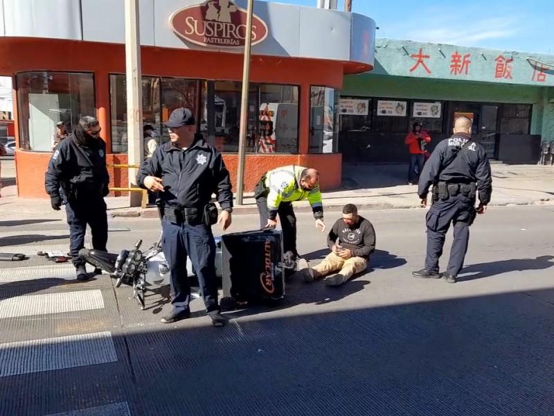 Auto embiste a motociclista en calle Plutarco Elías