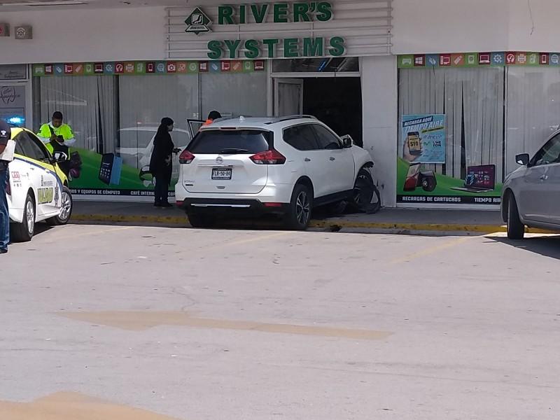 Auto se impacta contra local comercial
