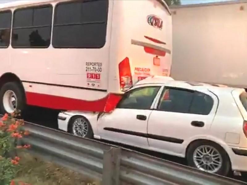 Auto se incrusta en camión de pasajeros