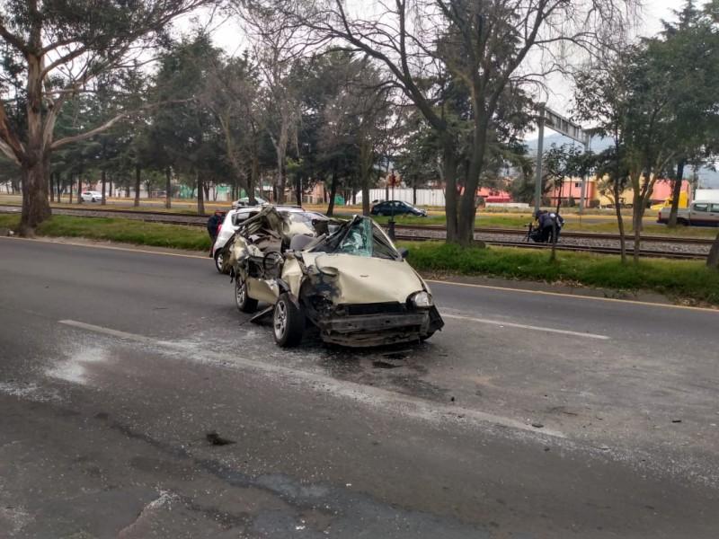 Auto siniestrado y abandonado en Toluca