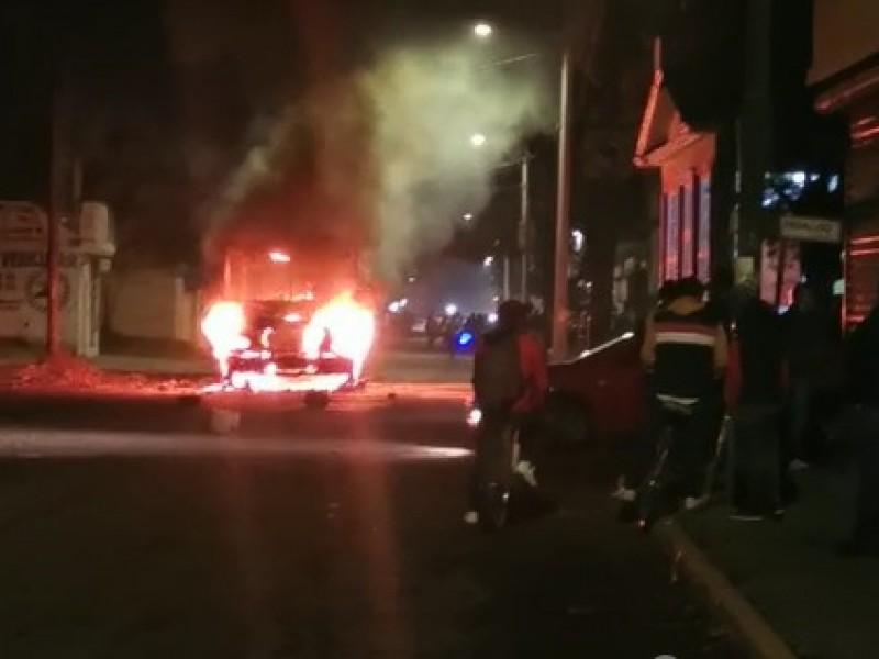 Autobús arrolla a menor de edad, locatarios incendian unidades