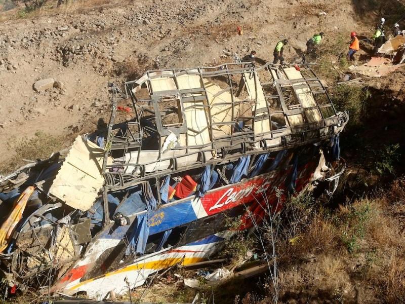 Autobús cae a barranco en Perú: hay 33 muertos