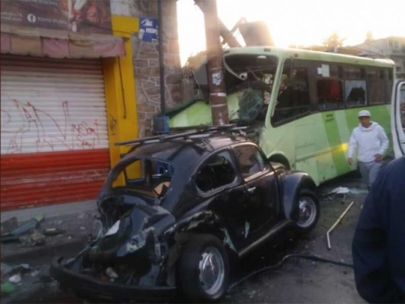 Autobús de pasajeros ocasiona carambola y atropella peatones