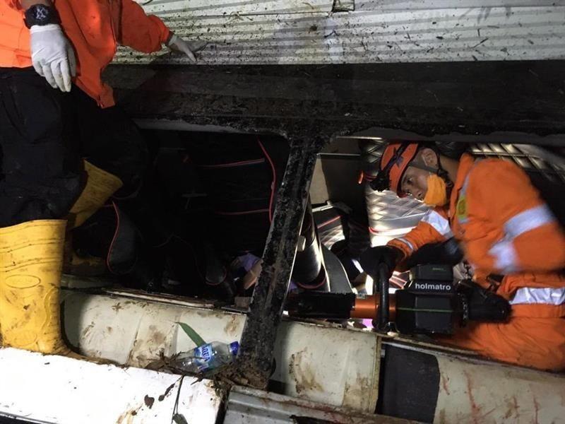 Autobús en Indonesia cae a barranco, hay 27 muertos
