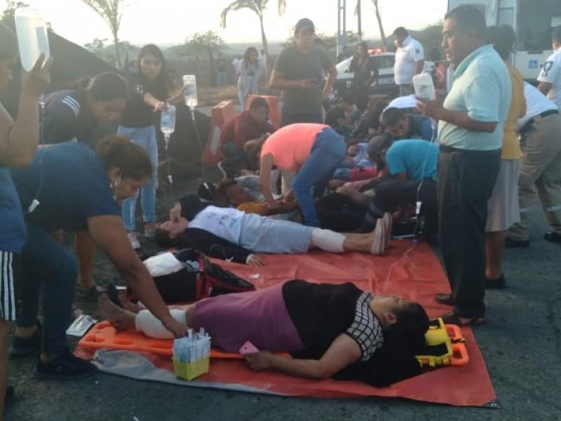 Autobús se queda sin frenos y hay 21 heridos