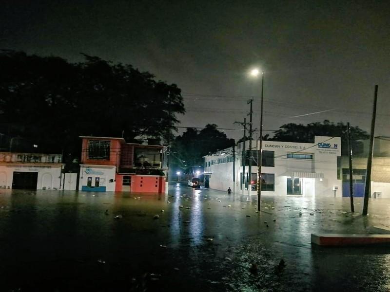 Automovilistas afectados por lluvia en Salina Cruz