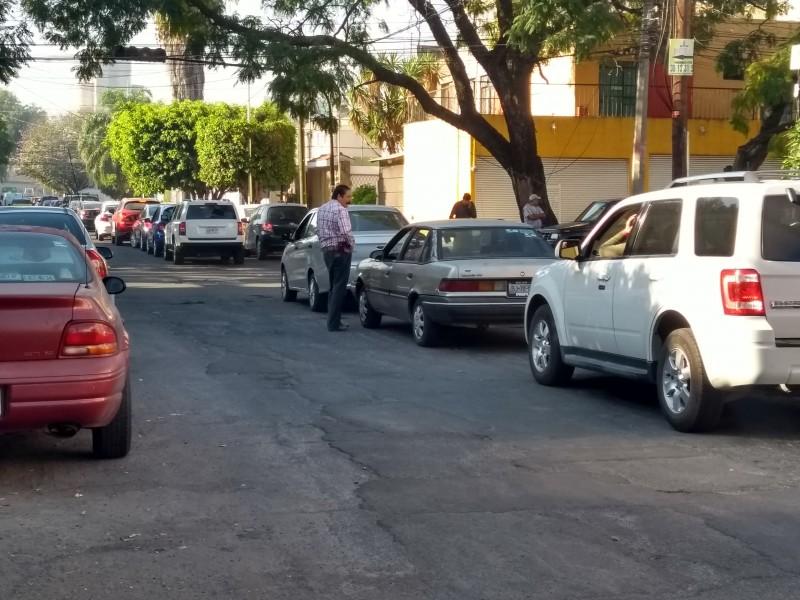 Automovilistas aguardan pacientemente en la fila para cargar
