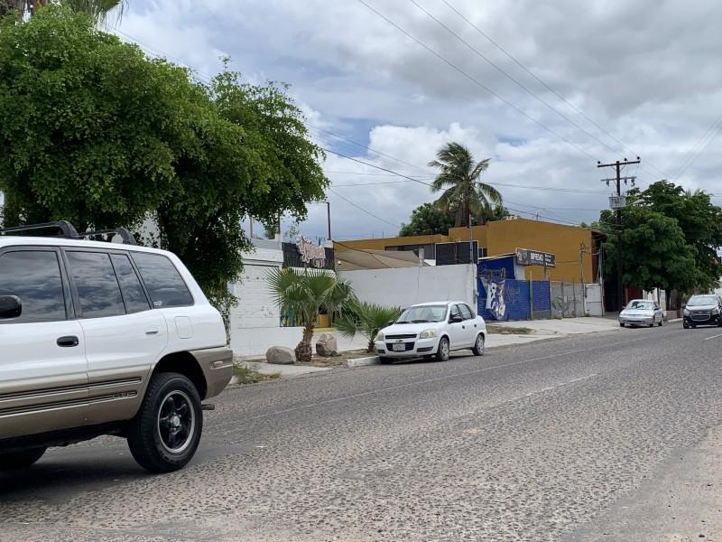 Automovilistas toman como estacionamiento ciclovía sobre calle Jalisco