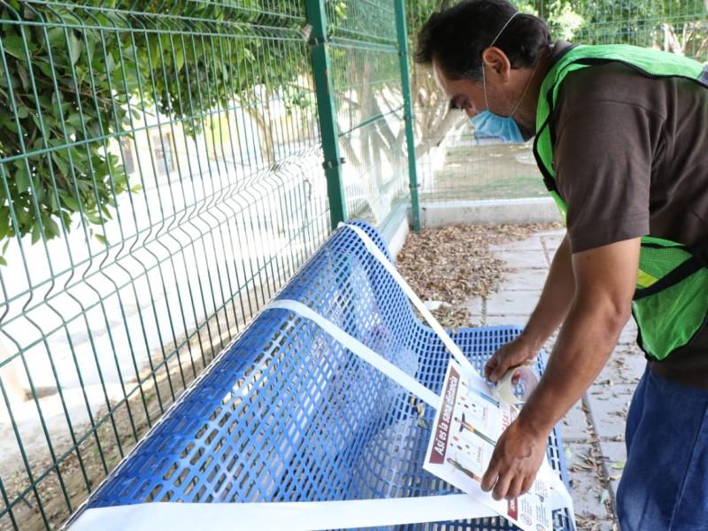 Autoridades desalojan con agua a ciudadanos del parques