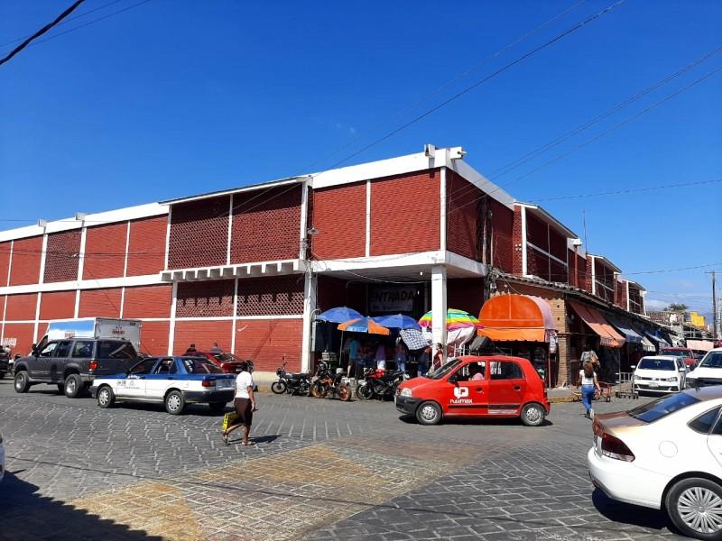 Autoridades disminuyen aplicación de protocolos sanitarios en mercado de Tehuantepec