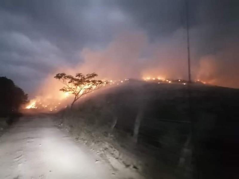 Autoridades esperan que lluvias ayuden a sofocar incendio en Guayabitos