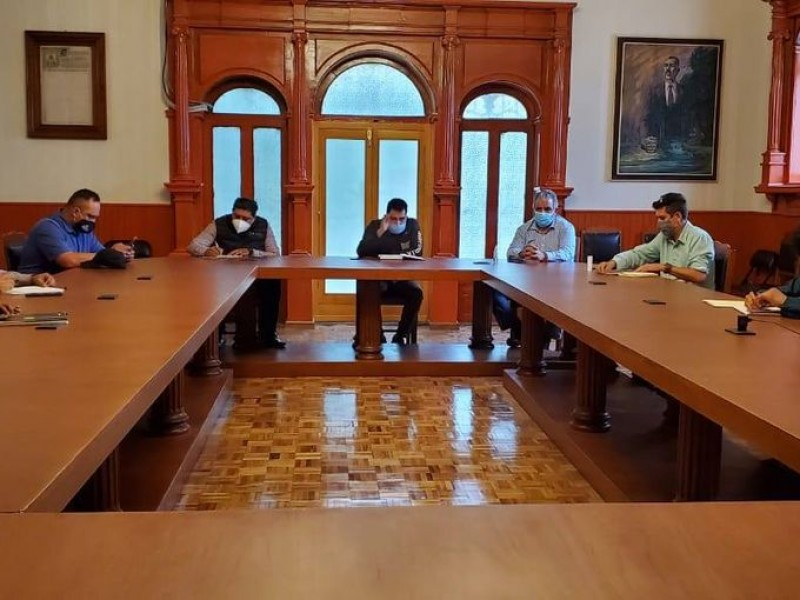 Autoridades estatales sostienen reunión con normalistas y CNTE