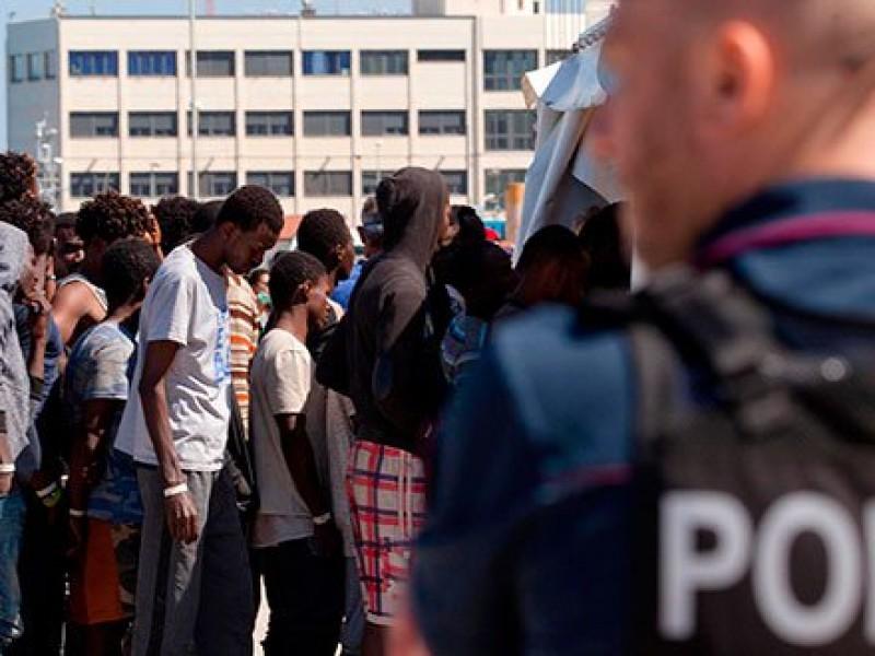 Autorizan desembarcar en Italia inmigrantes rescatados
