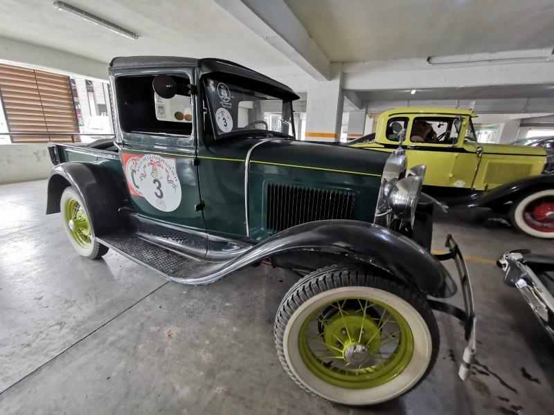 Autos clásicos recorren miles de kilómetros enamorando a coleccionistas